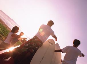 サーフボードを積んだ車に乗る若者後姿の写真素材 [FYI02065101]