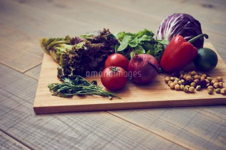 まな板の上のいろいろな野菜の写真素材 [FYI02065117]
