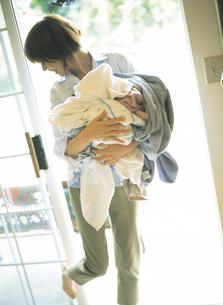洗濯物を運ぶ女性の写真素材 [FYI02065121]