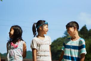 笑いあう子供達の写真素材 [FYI02065148]