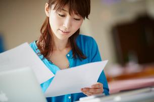 書類を見る女性の写真素材 [FYI02065193]