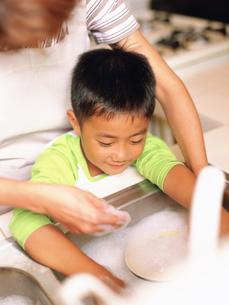 食器を洗う男の子と母親の写真素材 [FYI02065206]