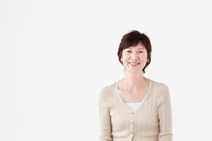 笑顔のシニア女性ポートレートの写真素材 [FYI02065235]