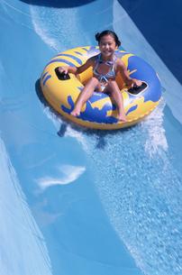 浮き輪に乗る水着の女の子の写真素材 [FYI02065237]