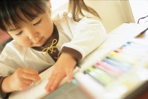 お絵描きする女の子の写真素材 [FYI02065257]