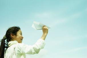 紙飛行機を飛ばす女の子の写真素材 [FYI02065266]