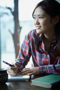 勉強をする女性の写真素材 [FYI02065303]