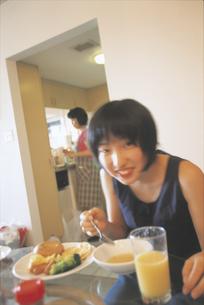 食事する女の子の写真素材 [FYI02065305]