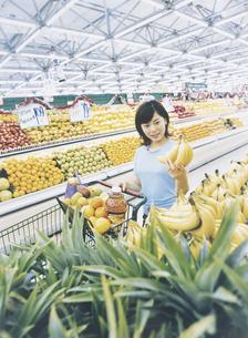 スーパーマーケットで買い物をする女性の写真素材 [FYI02065323]