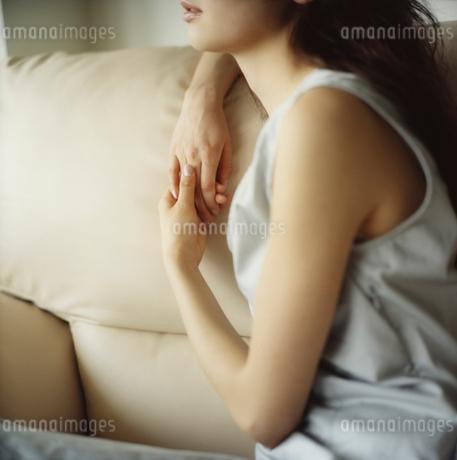 ソファに座る女性の写真素材 [FYI02065337]