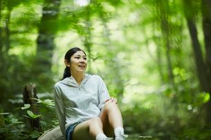 森の中で休憩する女性の写真素材 [FYI02065356]