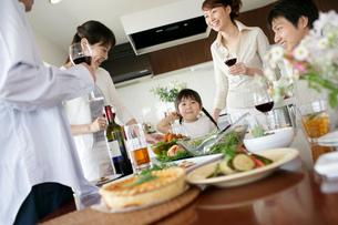 ホームパーティの家族と仲間の写真素材 [FYI02065370]