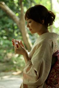 冷酒を飲む着物姿の女性の写真素材 [FYI02065371]