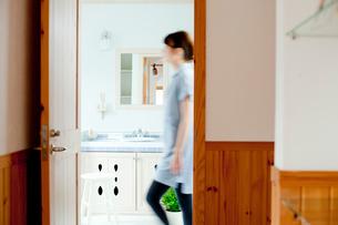 洗面所を歩く女性の写真素材 [FYI02065377]