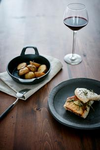 ポテトのグリルとメカジキのソテーと赤ワインの写真素材 [FYI02065382]