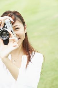カメラを持つ笑顔の女の子の写真素材 [FYI02065387]