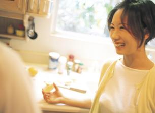 キッチンのカップルの写真素材 [FYI02065389]