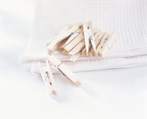 洗濯バサミとタオルの写真素材 [FYI02065422]