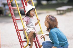 公園で遊ぶ女の子と母親の写真素材 [FYI02065468]