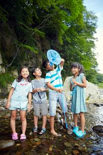川遊びをする子供達の写真素材 [FYI02065471]