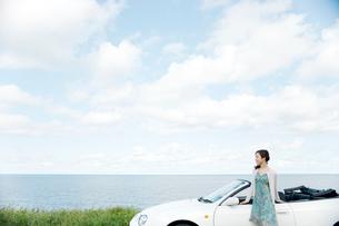 海と車と女性の写真素材 [FYI02065480]