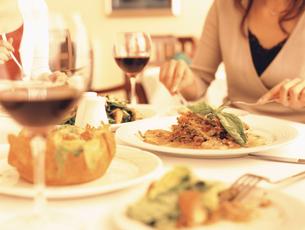 レストランで食事の写真素材 [FYI02065530]