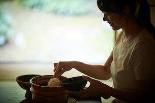 ご飯をよそう日本人女性の写真素材 [FYI02065539]