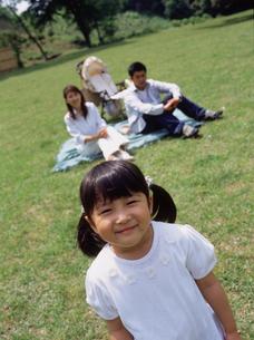 公園の家族3人の写真素材 [FYI02065544]