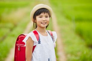 小学生の女の子ポートレートの写真素材 [FYI02065546]