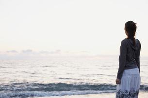 海を見つめる女性の写真素材 [FYI02065549]