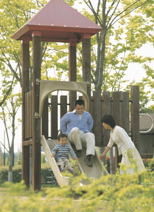 公園で遊ぶ家族3人の写真素材 [FYI02065550]
