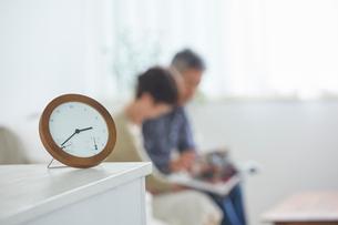 置き時計とリビングのシニア夫婦の写真素材 [FYI02065554]