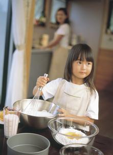 料理する女の子の写真素材 [FYI02065556]