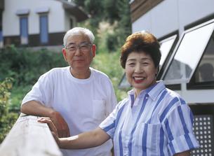 テラスの老夫婦の写真素材 [FYI02065561]