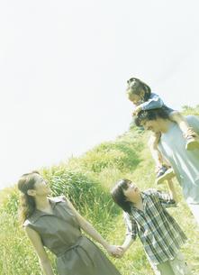 草原を歩く家族4人の写真素材 [FYI02065571]