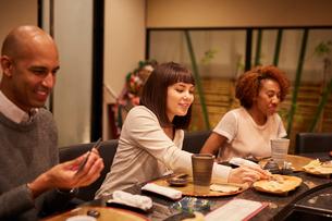 寿司屋で食事をする外国人の写真素材 [FYI02065595]