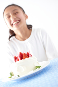 デコレーションケーキと笑顔の女の子の写真素材 [FYI02065616]