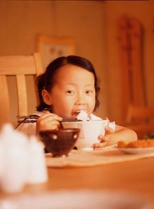 食事する女の子の写真素材 [FYI02065624]