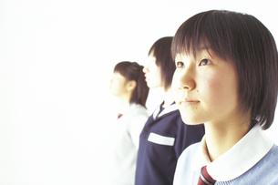 制服の女子学生3人の写真素材 [FYI02065634]