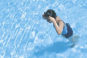 プールに入る女性の写真素材 [FYI02065648]