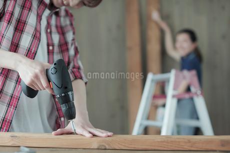 DIYを楽しむ女性2名の写真素材 [FYI02065658]