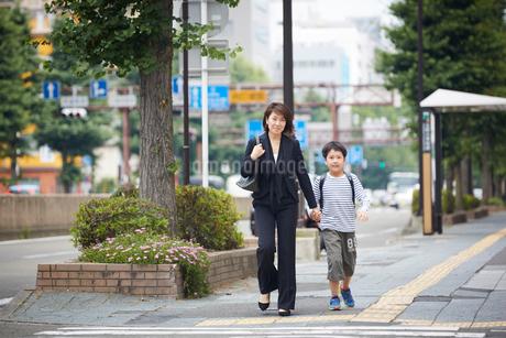 手をつなぐ男の子と母親の写真素材 [FYI02065670]