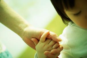 手をつなぐ女の子と母親の写真素材 [FYI02065700]