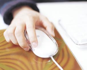 マウスを動かす手の写真素材 [FYI02065701]