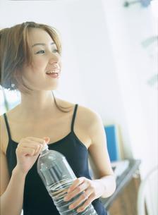 ペットボトルを持つ女性の写真素材 [FYI02065703]