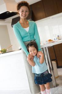 キッチンの女の子と母親の写真素材 [FYI02065720]