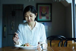 食事をする女性の写真素材 [FYI02065735]