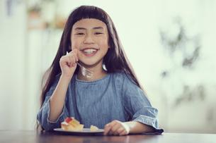 タルトを食べる女の子の写真素材 [FYI02065755]