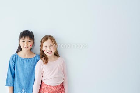フェイスペインティングをした日本人と外国人の女の子の写真素材 [FYI02065757]