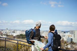 観光する外国人カップルと仙台市の街並みの写真素材 [FYI02065773]